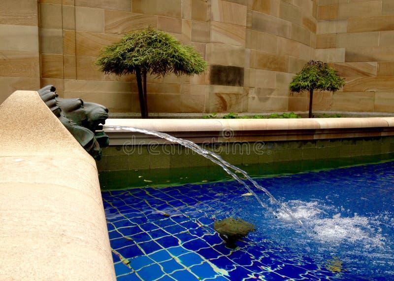 Lion de mémorial de guerre, victoire de symboles de l'eau de piscine et ANZAC Square de nettoyage photographie stock