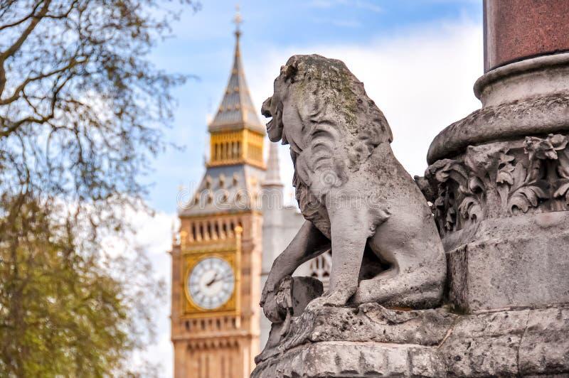 Lion die kijkt naar Big Ben klok, Londen, Verenigd Koninkrijk royalty-vrije stock fotografie