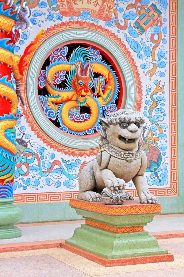 Lion And Dragon Statue In Hai Lam Ban Don Shrine, Surat Thani, Thailand arkivbild