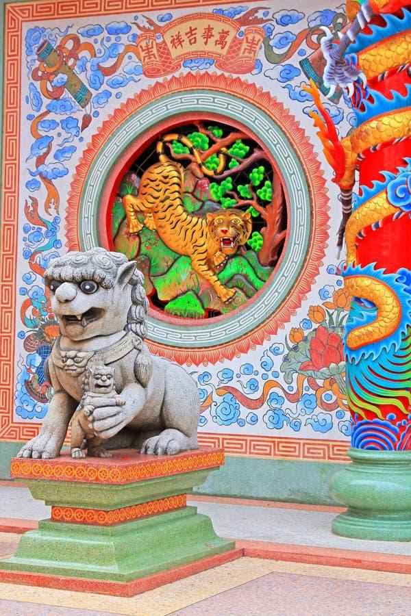 Lion And Dragon Statue In Hai Lam Ban Don Shrine, Surat Thani, Thailand arkivfoton