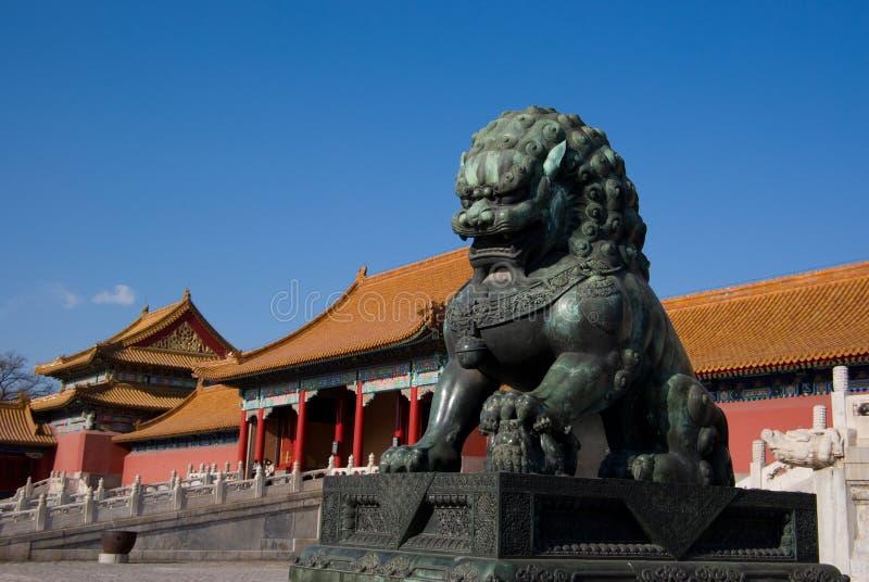 Lion en bronze photo stock