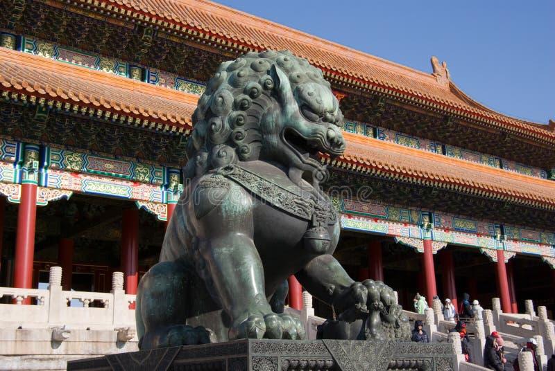 Lion en bronze images stock