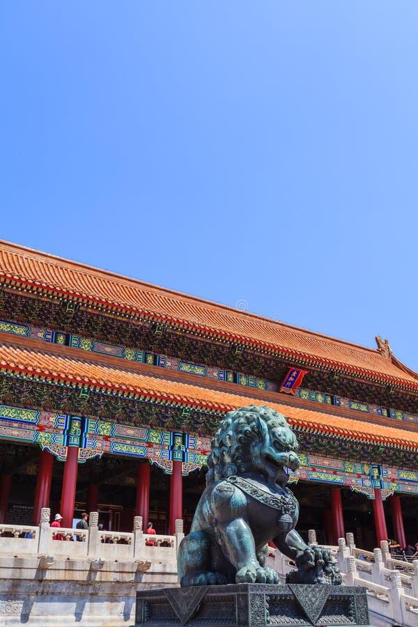 Lion en bronze près de la porte de l'harmonie suprême photos libres de droits