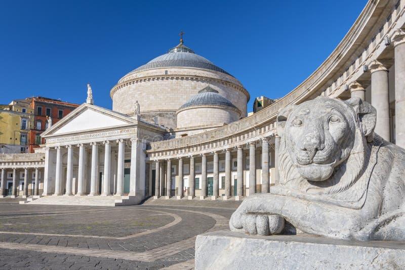 Lion en pierre à la basilique di San Francesco di Paola en Piazza del Plebiscito, Naples, Italie image libre de droits