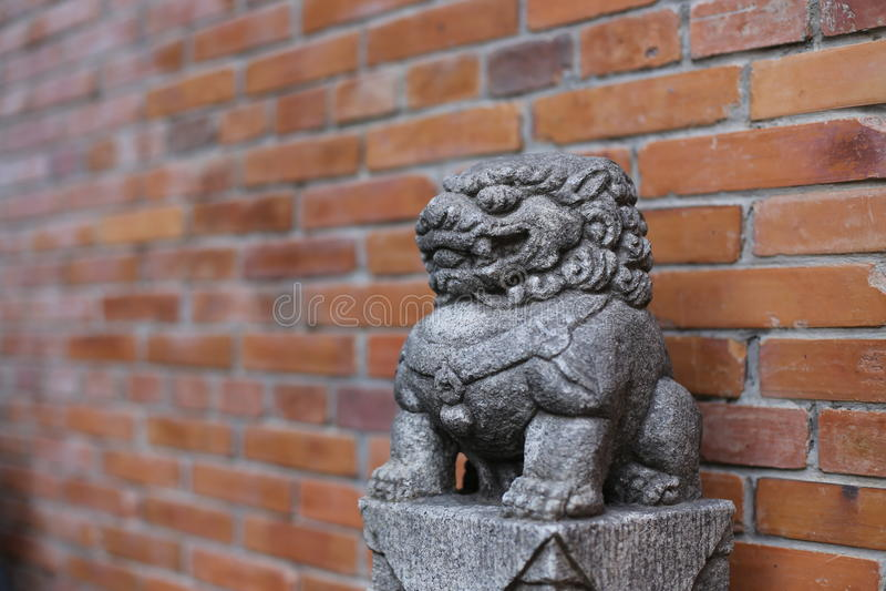 Lion en pierre images stock