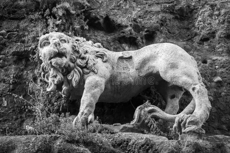 Lion en pierre antique photographie stock