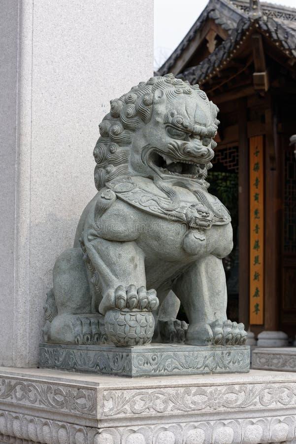 Lion en pierre - sculpture image stock