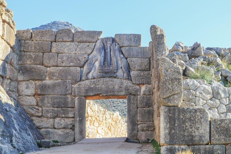 Lion Gate - de belangrijkste ingang van de Bronstijdcitadel van Mycenae in zuidelijk Griekenland met hulpbeeldhouwwerk van twee l stock foto's