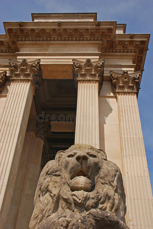 Lion Guarding un edificio imagen de archivo