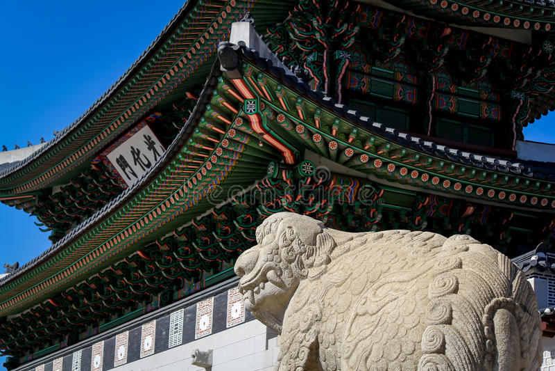 Lion Haechi Statue Guards Main port av den Gyeongbokgung slotten royaltyfria foton