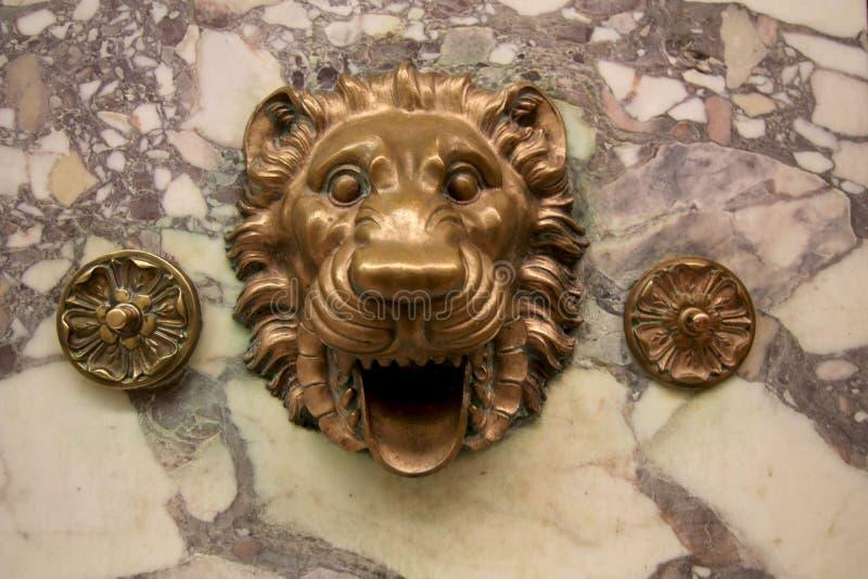 Lion Head Fountain de bronce en la pared de mármol fotografía de archivo libre de regalías