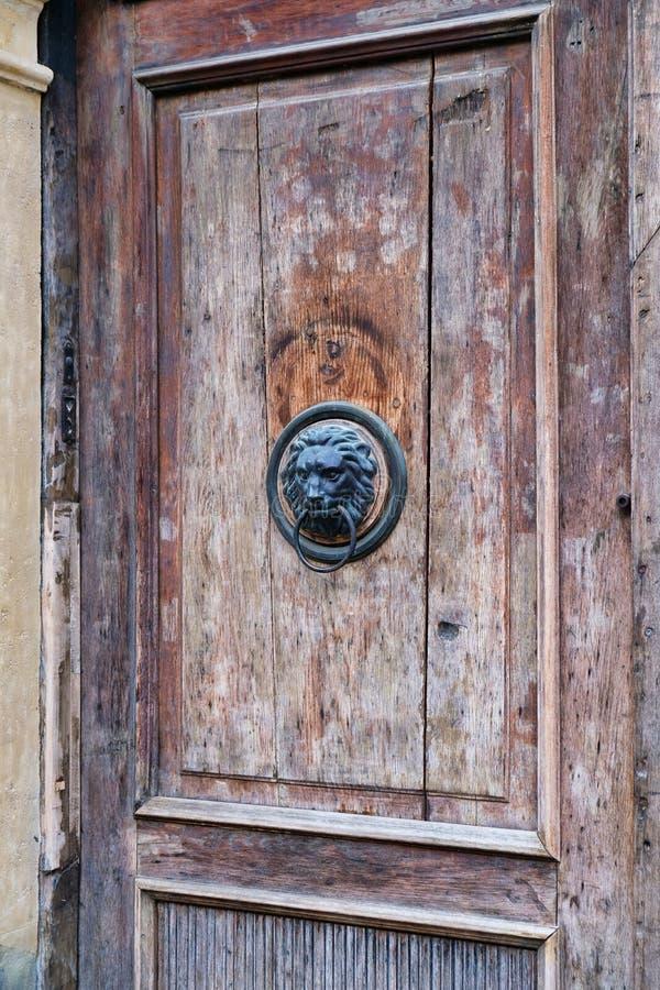 Lion Head Knocker na porta de madeira velha, Zagreb, Croácia fotografia de stock royalty free