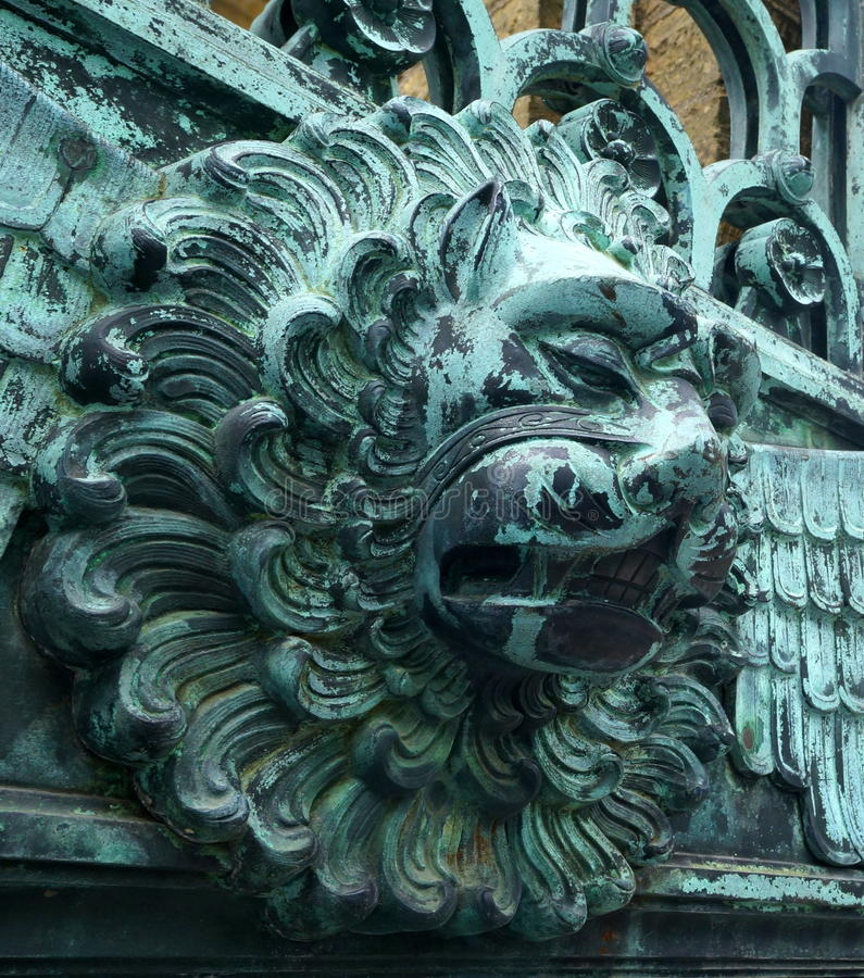 Lion Head på en port på den Hohenzollern slotten royaltyfria bilder