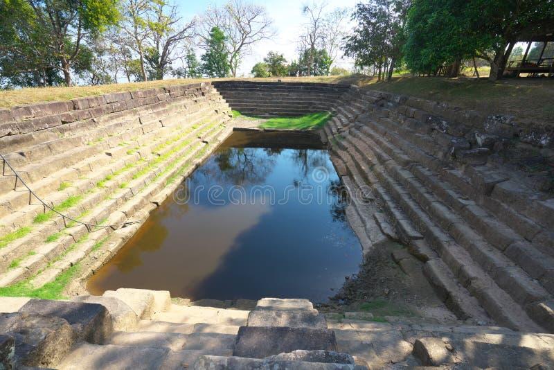 Lion Head Reservoir ao lado da calçada sustentado por colunas de Secondt do templo de Preah Vihear, Camboja fotos de stock royalty free