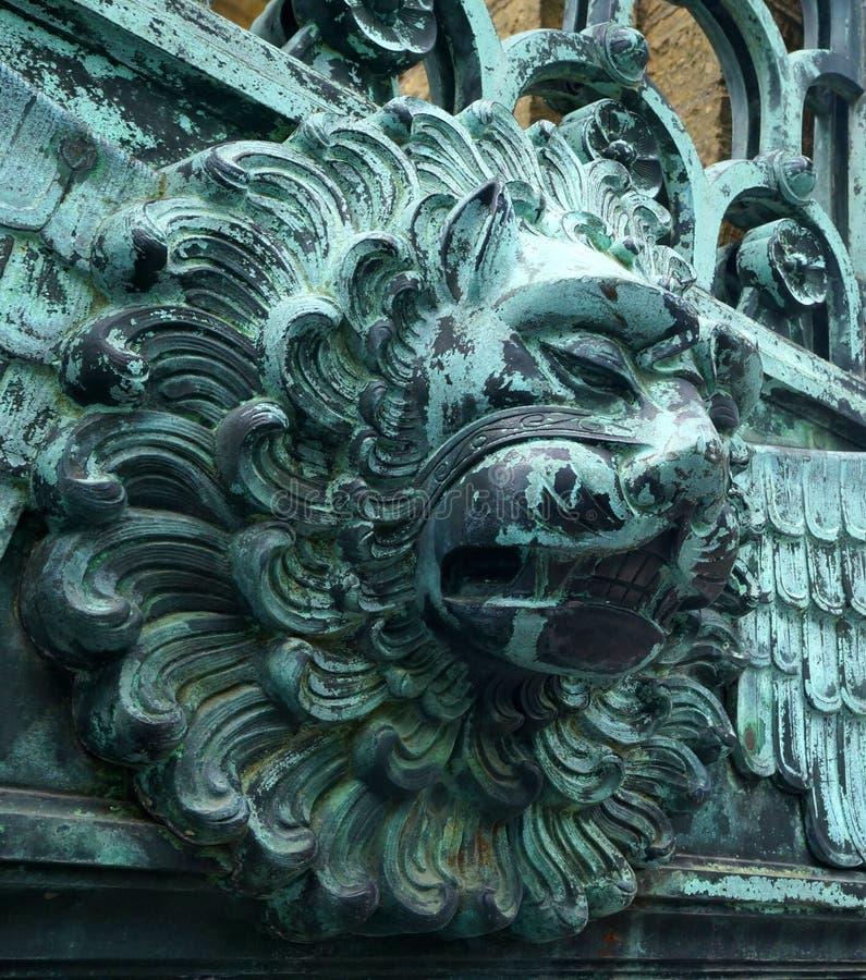 Lion Head su un portone al castello di Hohenzollern immagini stock libere da diritti