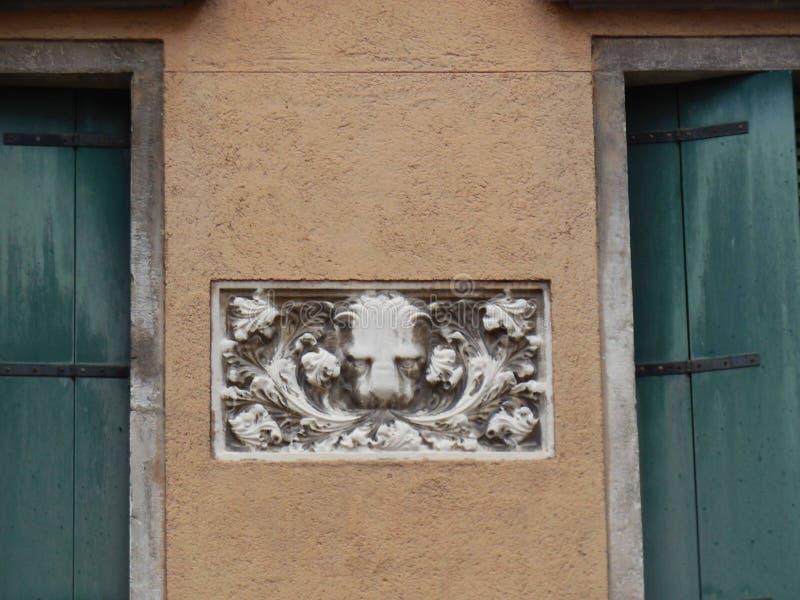 Lion Plaque Between Windows de mármore imagens de stock royalty free