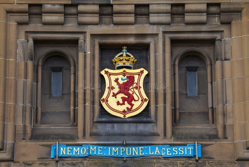 Lion Rampant Crest på Edinburgslotten arkivbild