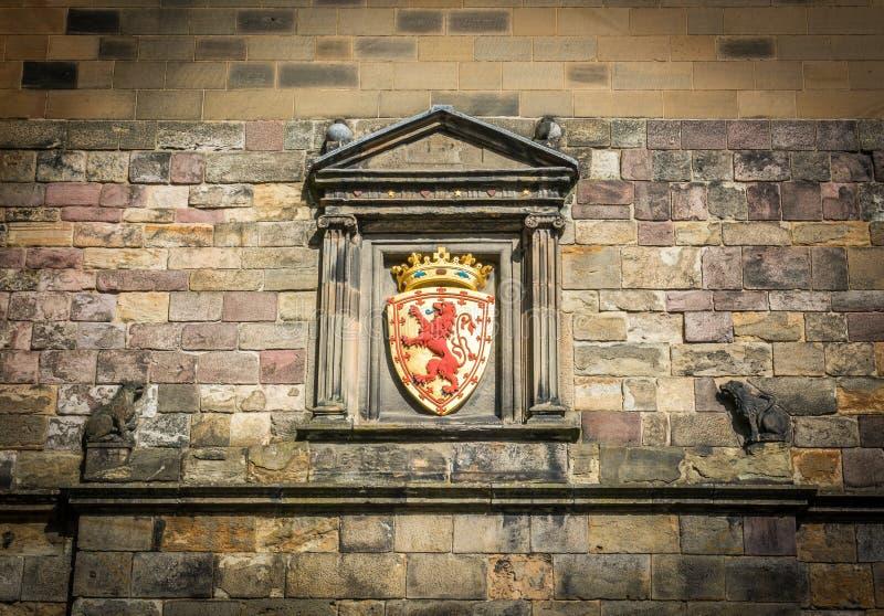Lion Rampant vapen ovanför den huvudsakliga ingången på Edinburgslotten i Skottland arkivbilder