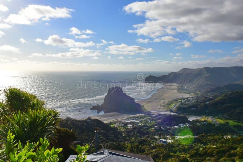 Lion Rock è il punto di riferimento più iconico della spiaggia di Piha, alla costa ovest Waitakere in Nuova Zelanda fotografia stock libera da diritti