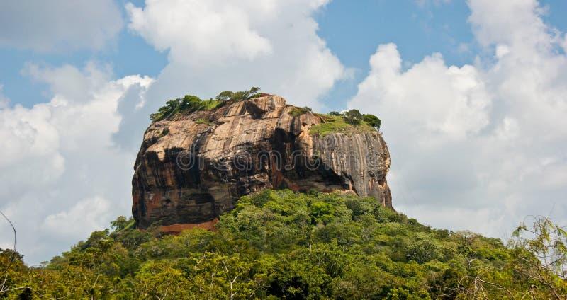Lion Rock em Sri Lanka com céu azul e as nuvens brancas fotografia de stock