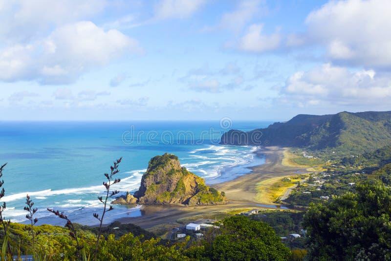 Lion Rock på den Piha stranden Auckland Nya Zeeland fotografering för bildbyråer