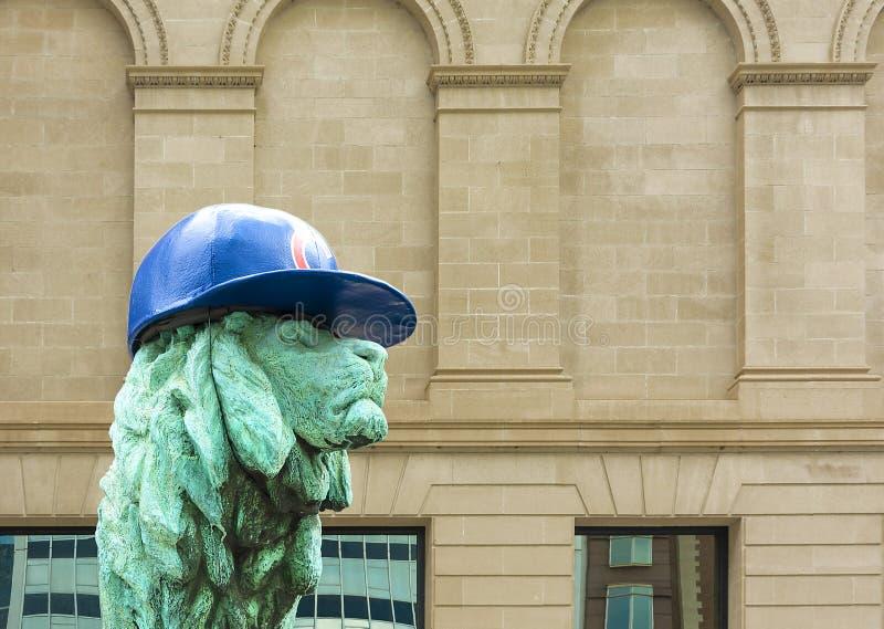 Lion Sculpture Chicago avec le chapeau de CUB image libre de droits