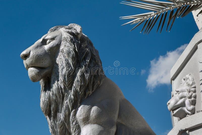 Lion Sculpture de prata e céu azul no fundo fotos de stock