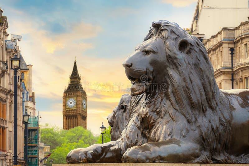 Lion Sculpture en Trafalgar Square con Big Ben en el fondo imagen de archivo libre de regalías