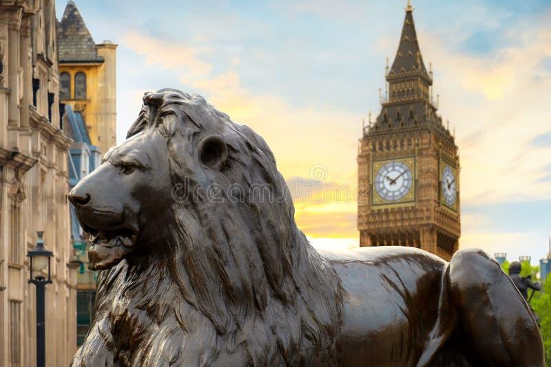 Lion Sculpture en Trafalgar Square con Big Ben en el fondo fotografía de archivo