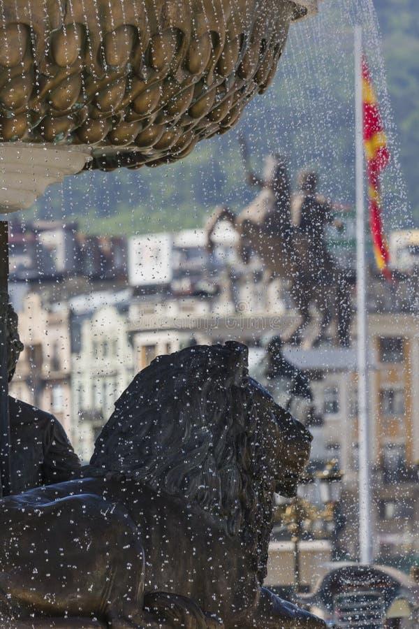 Lion Statue och Macedonian flagga, Skopje, Makedonien fotografering för bildbyråer