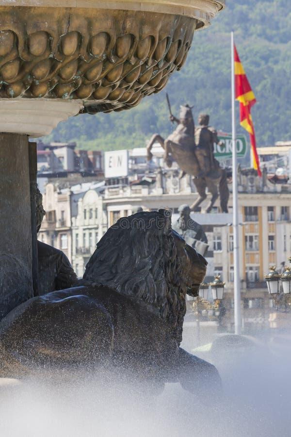 Lion Statue och Macedonian flagga, Skopje, Makedonien arkivfoto