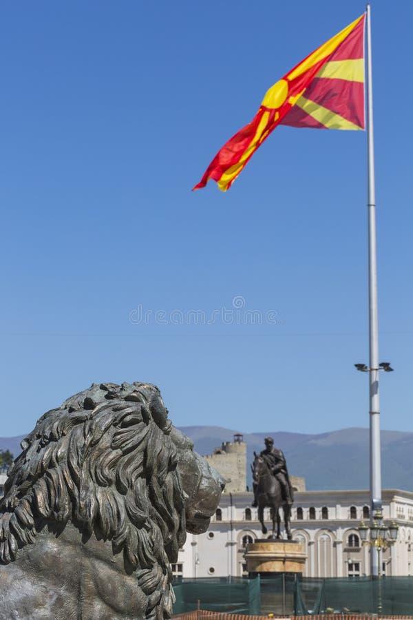 Lion Statue och Macedonian flagga, Skopje, Makedonien arkivbild