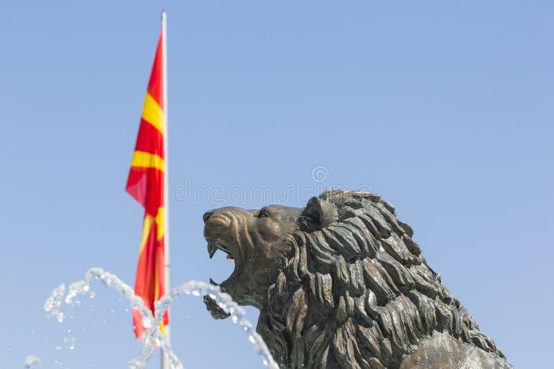 Lion Statue och Macedonian flagga, Skopje, Makedonien arkivbilder