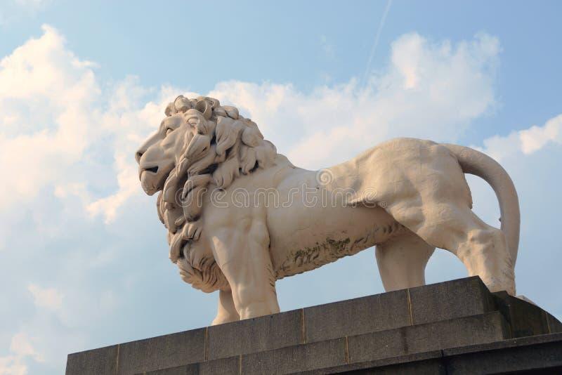 Lion Statue próximo em Londres imagens de stock