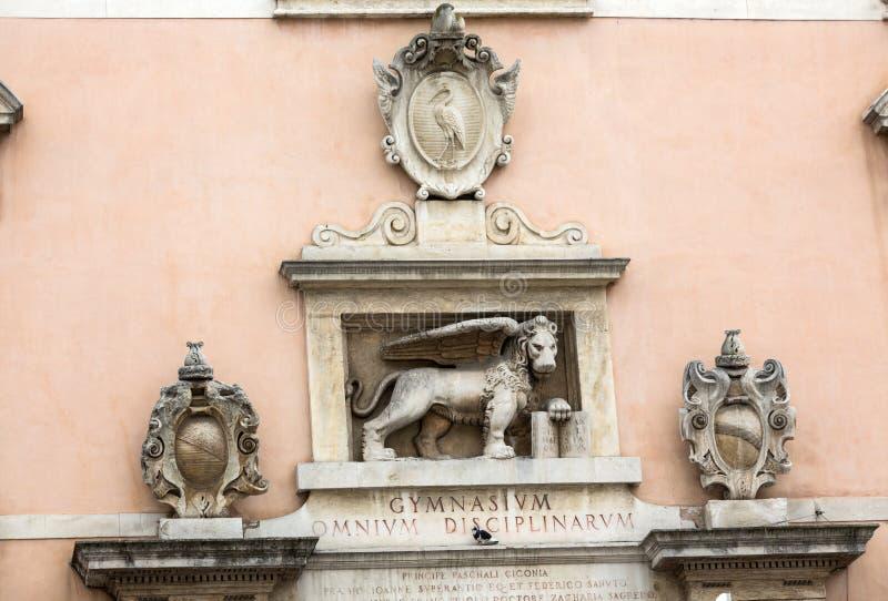 Lion vénitien avec le livre ouvert sur la façade de Podova Uniersity Padoue, photos stock