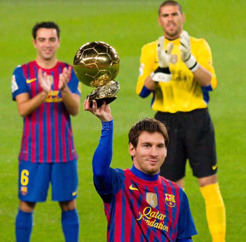 Lionel Messi avec la bille d'or images stock