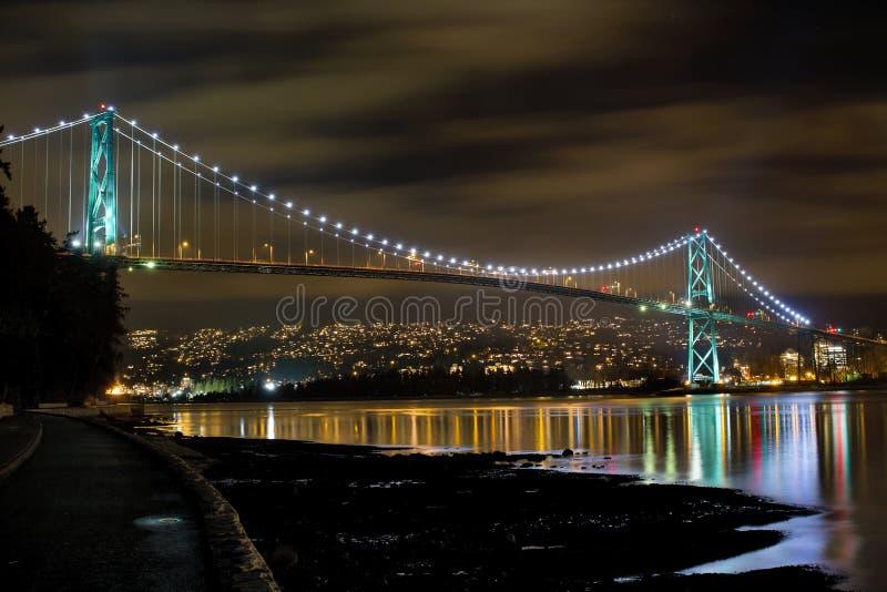 Lionsportbro på natten royaltyfria foton