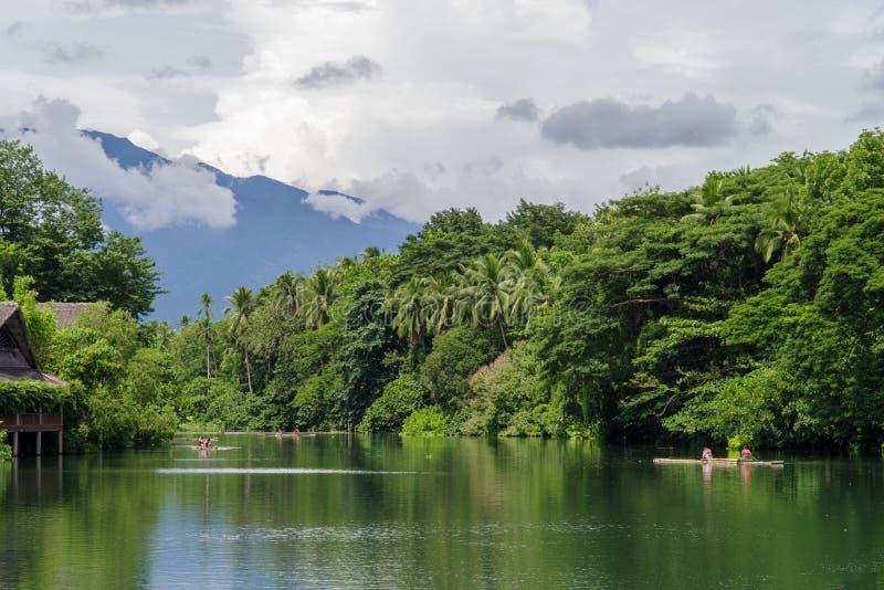Lipa 15,2017 przejażdżka na tratwie przy rzeką w willi escudero, Laguna zdjęcia royalty free