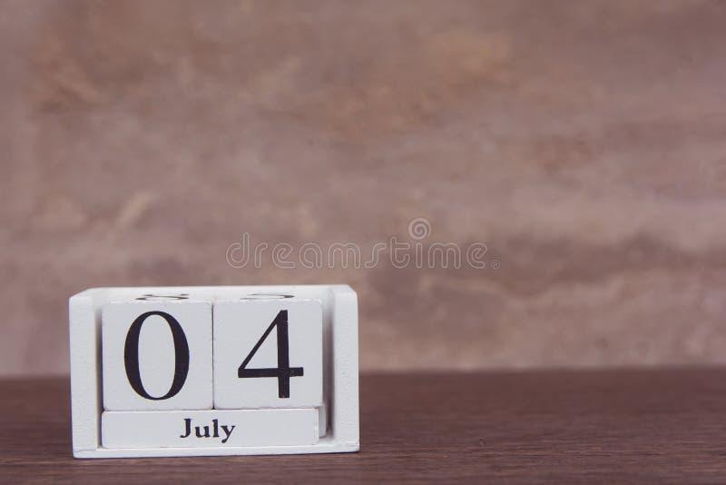 Lipa 4 th amerykański dzień niepodległości z białym blokowym kalendarzem na drewnianym stole kosmos kopii obraz royalty free