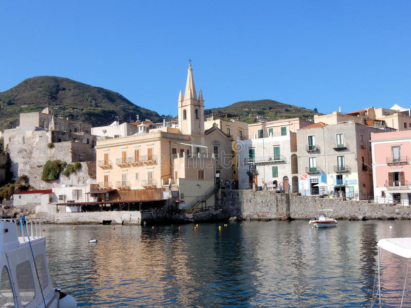 Lipari, ilha eólia, porto Corta da vista com igreja, Itália imagens de stock royalty free