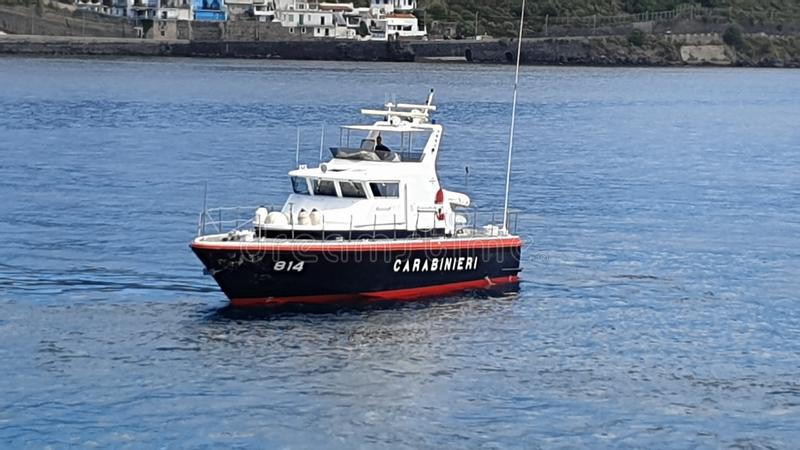 Lipari, Italien - Juni 2019: Italiener Carabinieri-Patrouillenboot auf dem Meer stockfotos