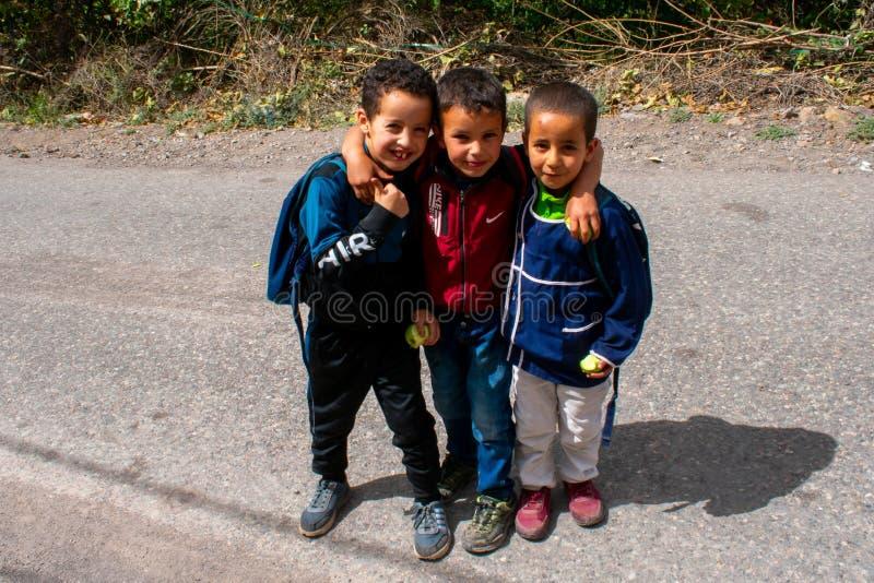28 9 19 Lipca, Maroko: Portret trzech młodych chłopców spotyka się w małej wiosce w Atlas Mountains Mieszkańcy Maroka fotografia stock