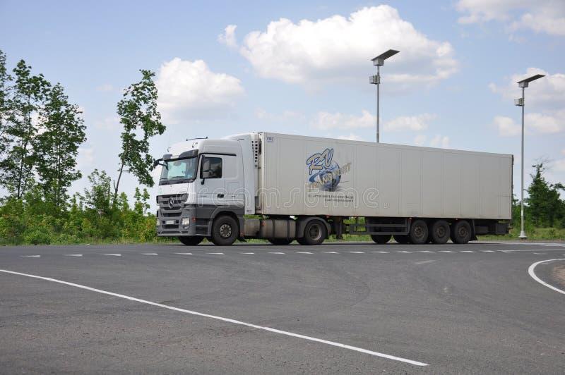 Lipetsk, RÚSSIA - 29 05 Caminhão do semirreboque de Renault de 2015 brancos em uma estrada interurban foto de stock royalty free