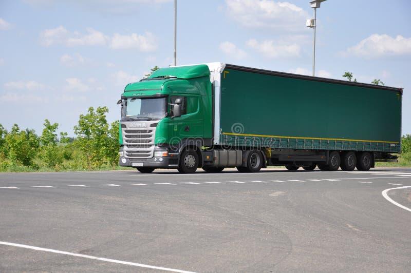Lipetsk, RÚSSIA - 29 05 2015 Caminhão verde do semirreboque de Scania na estrada interurban fotografia de stock