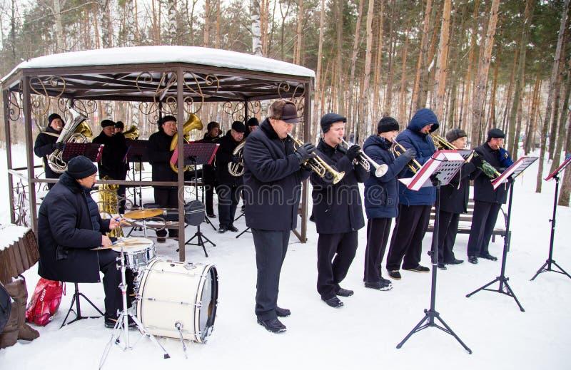 LIPETSK, RÚSSIA - 18 de fevereiro de 2018: Músicos no festival Maslenitsa Feriado pagão do russo imagens de stock royalty free