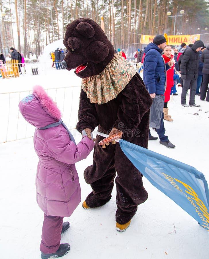 LIPETSK, RÚSSIA - 18 de fevereiro de 2018: Vestuário de um animal no feriado pagão do russo da semana da panqueca do feriado foto de stock royalty free