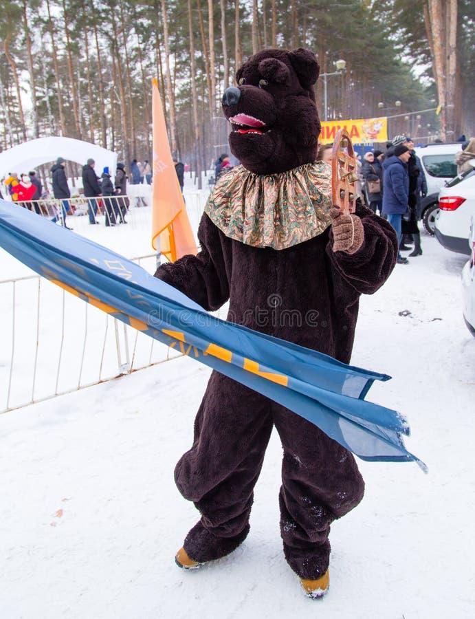 LIPETSK, RÚSSIA - 18 de fevereiro de 2018: Vestuário de um animal no feriado pagão do russo da semana da panqueca do feriado foto de stock