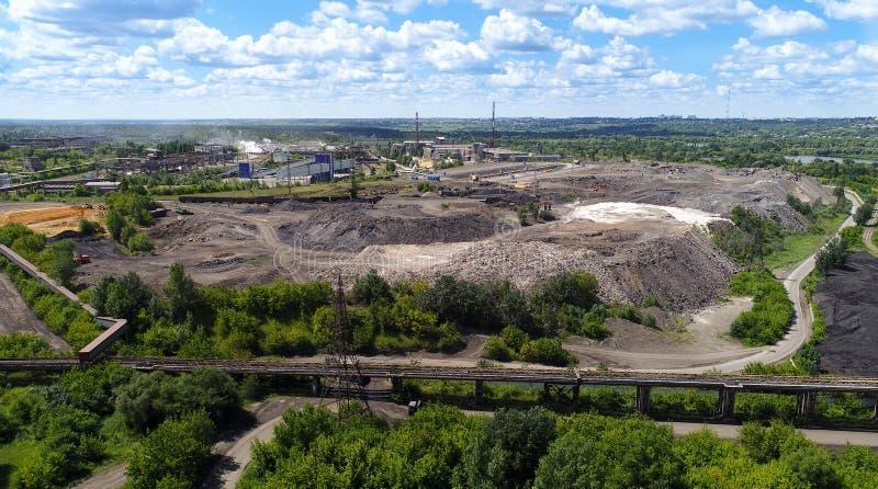 Lipetsk Ryssland - Juli 11 2017 Sikt av platsen för att bearbeta slagg för tryckvågpanna från NLMK-växten arkivbilder