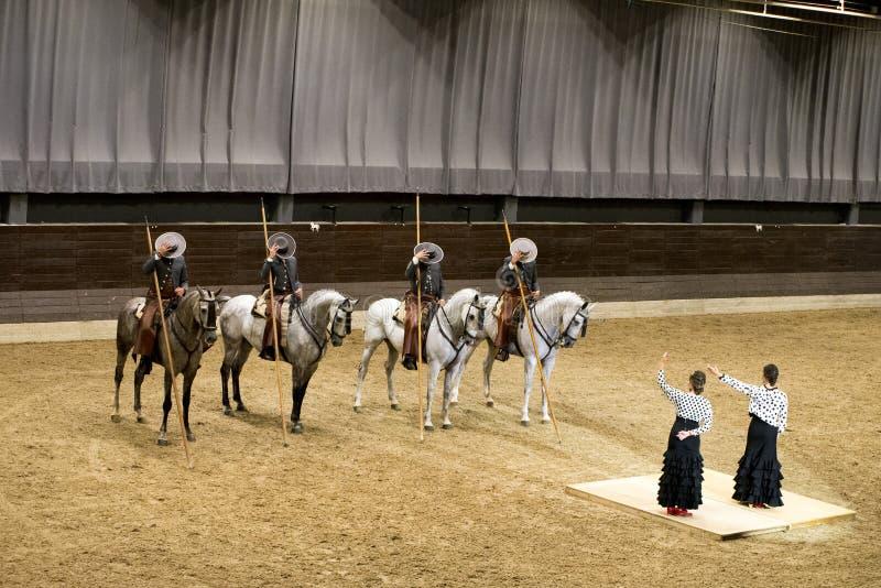 Lipica Slovenien, Juli 21st 2018, spanska hästryttare på hästar och flamencokvinnadansare som tackar till åhörare spanjor arkivfoton