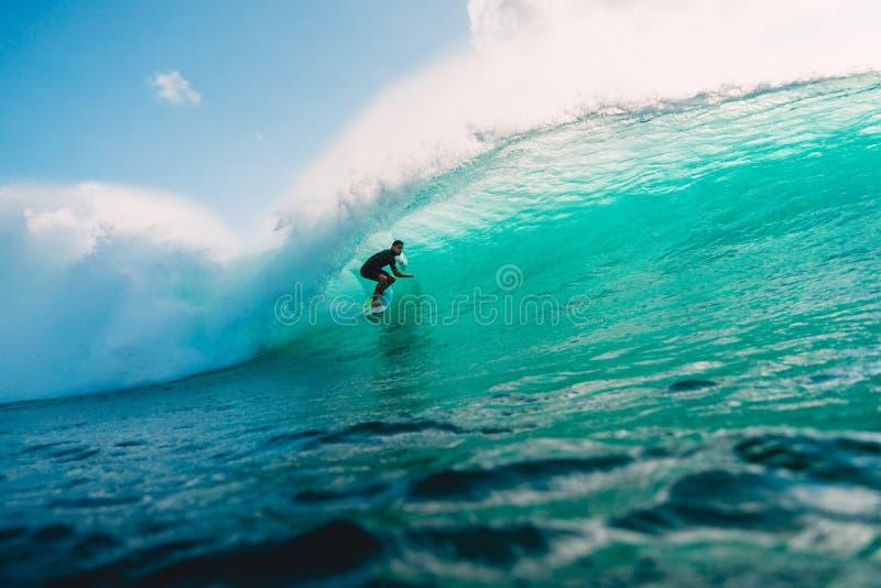 LIPIEC 29, 2018 bali Indonesia Surfingowiec przejażdżka na baryłki fala Fachowy surfing w oceanie przy dużymi fala fotografia stock